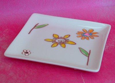 """Porcelana decorada com """"sticks"""" e canetas de gel."""